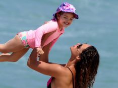 Débora Nascimento, de biquíni asa-delta, curte praia com a filha, Bella. Fotos!