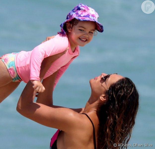 Débora Nascimento curte praia com a filha, Bella, em 13 de março de 2021