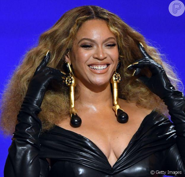 Beyoncé no Grammy 2021: cantora aposta em vestido preto superjusto com cintura marcada e cabelo volumoso em look