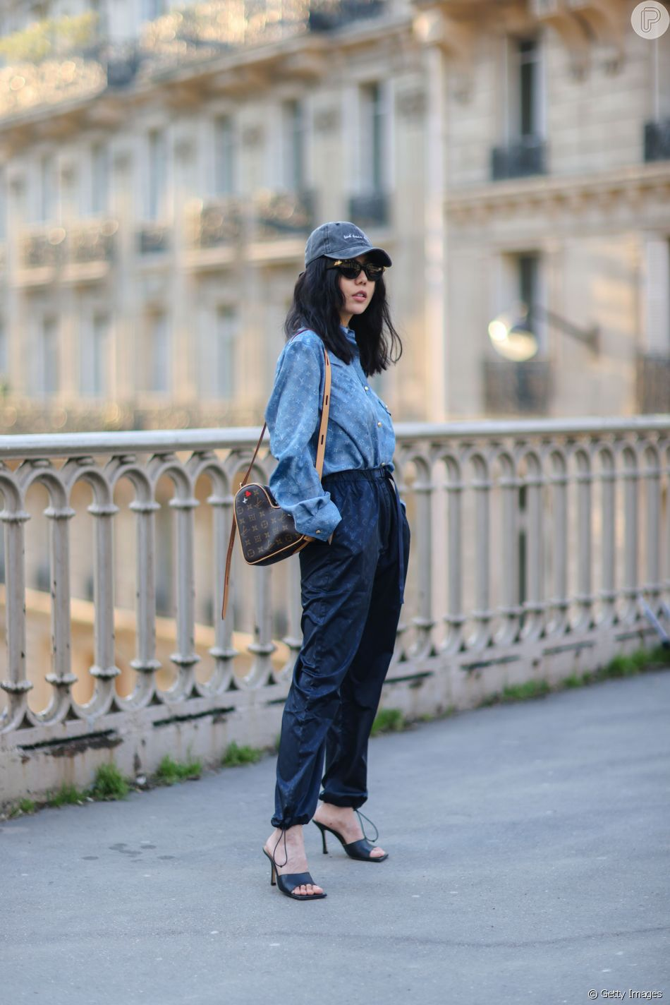 O look jeans total atualizado com boné e sandálias de tiras