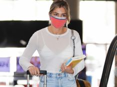 Aerolook: Grazi Massafera combina roupa casual com tênis animal print ao viajar