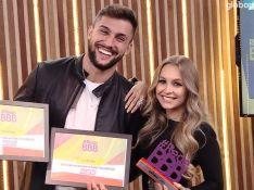 Arthur admite ainda estar apaixonado por Carla Diaz ao ganhar prêmio de 'Melhor Casal'