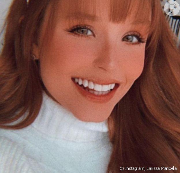 Larissa Manoela adere à cabelo longo ruivo com franja e web nota: 'A cara da Lindsay Lohan'