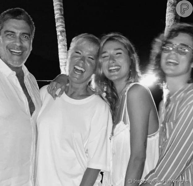 Sasha Meneghel dá beijo no marido, João Figueiredo, em foto postada por Junno Andrade, que beija Xuxa o casamento da modelo e do cantor