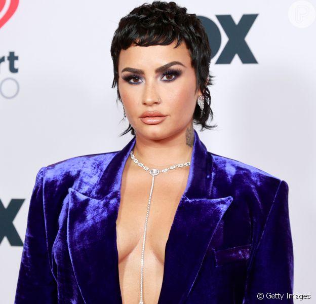 Demi Lovato e mais famosas com looks com calça em premiação