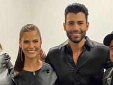 Gusttavo Lima e Andressa Suita, juntos em foto, posam com amigos em bastidores de live