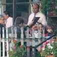 Claudia Leitte almoça com a família nos Estados Unidos