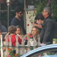 Claudia Leitte observa o filho Davi na mesa