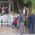 Davi, Filho de Claudia Leitte, brinca sobre na cerca do restaurante nos EUA