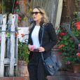 Claudia Leitte exibe visual estiloso em sua viagem