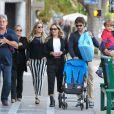 Claudia Leitte passeia com a família