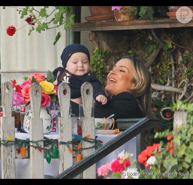 Claudia Leitte brinca com o filho mais novo, Rafael, durante almoço em Beverly Hills, nos Estados Unidos. Cantora tirou férias depois do Carnaval e ficou no país até o dia 7 de março de 2013