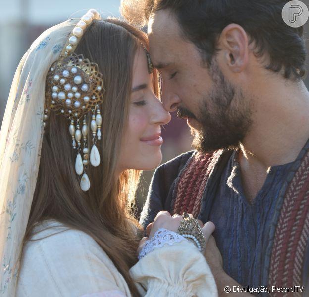 Novela 'Gênesis': Rebeca (Bárbara França) revela a Debora (Alice Borges) que ouviu de Deus (voz de Flavio Galvão) que os filhos serão rivais