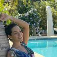 Thais Fersoza posa de vestido à beira da piscina
