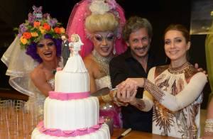 Leticia Spiller se diverte com drag queens em pré-estreia de filme em São Paulo