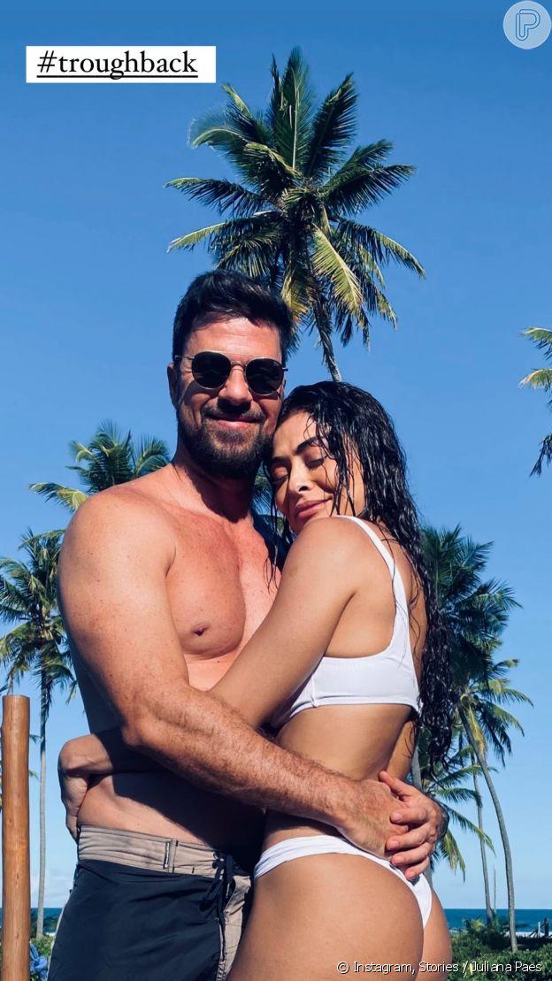 Juliana Paes posa de biquíni abraçada com o marido, Carlos Eduardo Baptista