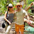 Marília Mendonça transformou lenço Dior em blusa em viagem com Murilo Huff