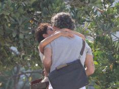 Na praia, Eduardo Moscovis e Andrea Beltrão se beijam em cena de 'Um Lugar ao Sol'. Fotos!