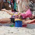 José Loreto ganhou carinho da filha, Bella, de 3 anos, em praia carioca