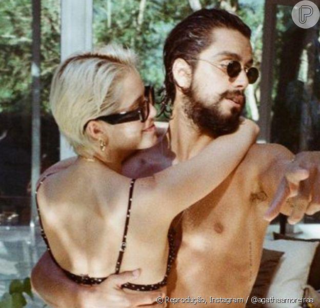Agatha Moreira e Rodrigo Simas dançam agarradinhos na casa nova