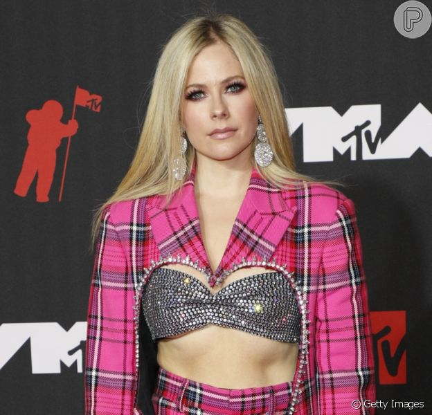 Avril Lavigne usou terno Area, com top Christalea, no VMA 2021