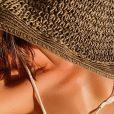 Combinar chapéus, brincos e colares dá um toque especial ao look