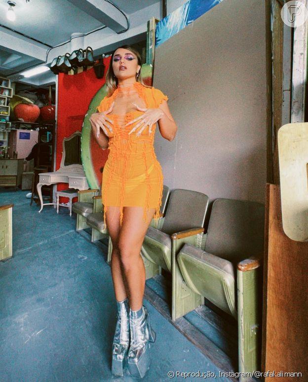 Vestido de Rafa Kalimann é laranja e com transparência