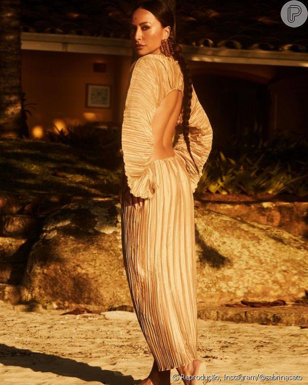 Vestido de Sabrina Sato deixa costas à mostra
