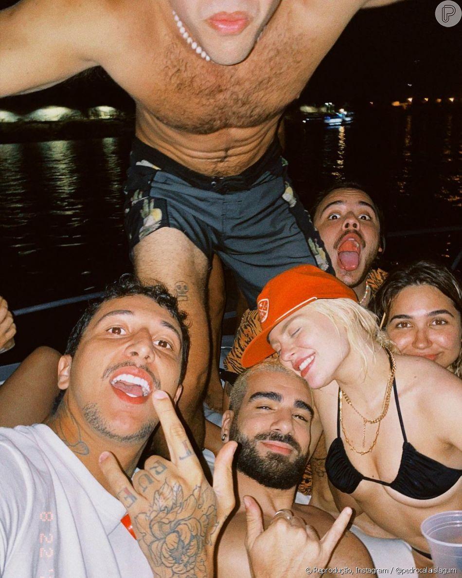 Luísa Sonza e Pedro Calais aproveitaram passeio de barco com casais de amigos no dia 24 de agosto, quando a cantora visitou o Rio de Janeiro