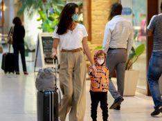 Sophie Charlotte veste o filho com casaco tribal e tênis de marca combinando em aerolook