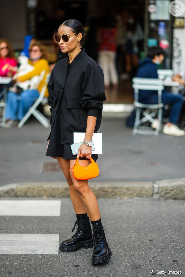 Look all black com bolsa tendência da temporada