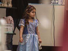 José Loreto leva filha, Bella, vestida de princesa, para passeio em shopping. Fotos!