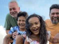Foto de Luiz Fernando Guimarães com marido e filhos conquista famosos: 'Família linda'