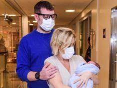 Luiza Possi apresenta filho recém-nascido ao lado do marido, Cris Gomes. Fotos!