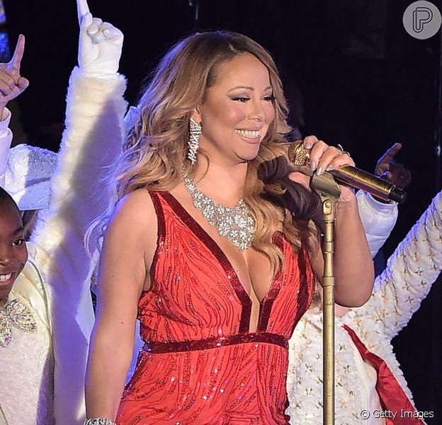Mariah Care usa vestido longo e decotado na cerimônia de inauguração da árvore de Natal do Rockefeller, em Nova York, nos Estados Unidos, em 3 de dezembro de 2014