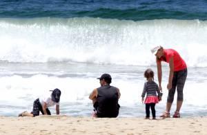 Angélica e Luciano Huck brincam com os filhos Benício e Eva, em praia do Rio