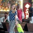 Carolina Dieckmann almoça em família na Barra da Tijuca