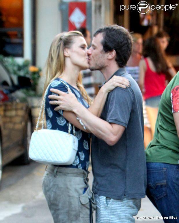Carolina Dieckmann beija o marido, Thiago Worcman, depois de almoço em família na churrascaria Porcão, na Barra da Tijuca, nesta segunda-feira, 18 de março de 2013
