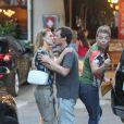 Enquanto se beijam, Carolina e Thiago são interrompidos por David Brazil