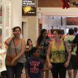Drica Moraes, afastada da novela 'Império', é flagrada em shopping com o filho, Matheus, e uma amiga no Rio