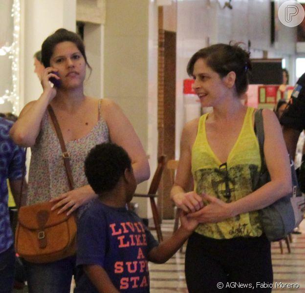 Drica Moraes, afastada da novela 'Império', é flagrada em shopping com o filho, Matheus, e uma amiga no Rio, nesta segunda-feira, 8 de dezembro de 2014