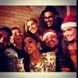 Anitta posa com Deborah Secco, Hugo Gloss, David Brazil, Leo Fuchs e Carolina Dieckmann em festa