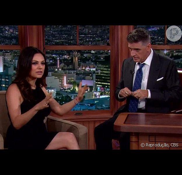 Mila Kunis participa do Late Show With Craig Ferguson dois meses após o nascimento de sua primeira filha, em 10 de dezembro de 2014