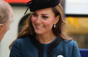 Kate Middleton visita metrô de Londres e ganha boton para gestantes