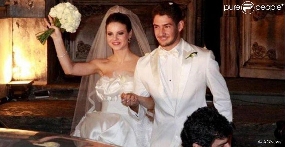 Sthefany Brito e Alexandre Pato subiram ao altar em um casamento que parecia um conto de fadas. Mas um ano depois o relacionamento chegou ao fim e a atriz afirmou que não repetiria mais esse erro