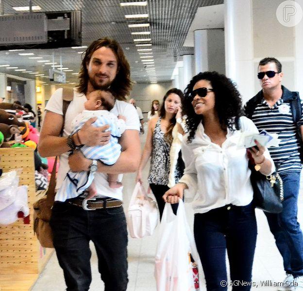 Igor Rickli e Aline Wirley embarcam na terça-feira, 23 de dezembro de 2014, com o filho Antônio no aeroporto Santos Dumont, no Rio de Janeiro