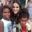 Bruna Marquezine posou sorridente ao lado de crianças