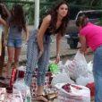 Às vesperas do Natal, Bruna Marquezine distribuiu cestas e presentes para crianças