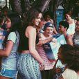 Bruna Marquezine, ao lado da irmã, Luana, fez a alegria de crianças de Vargem Grande, no Rio