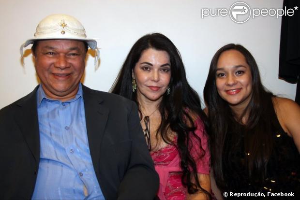 Mulher de Dominguinhos, Guadalupe - que aparece entre ele e a filha do casal, Liv Moraes, na foto - diz que o sanfoneiro está cada dia melhor, nesta quinta-feira, 28 de março de 2013.
